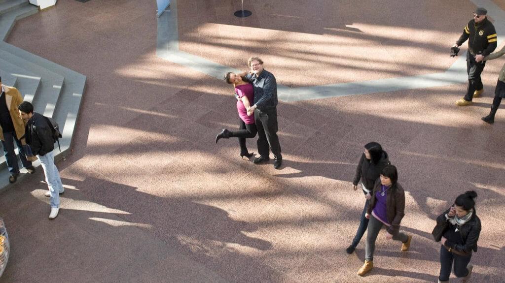 Atso Almila toimi kapellimestarina ja Lola Wallinkoski juonsi tanssiaisia Hansakorttelissa. Kuva Turun Sanomat.