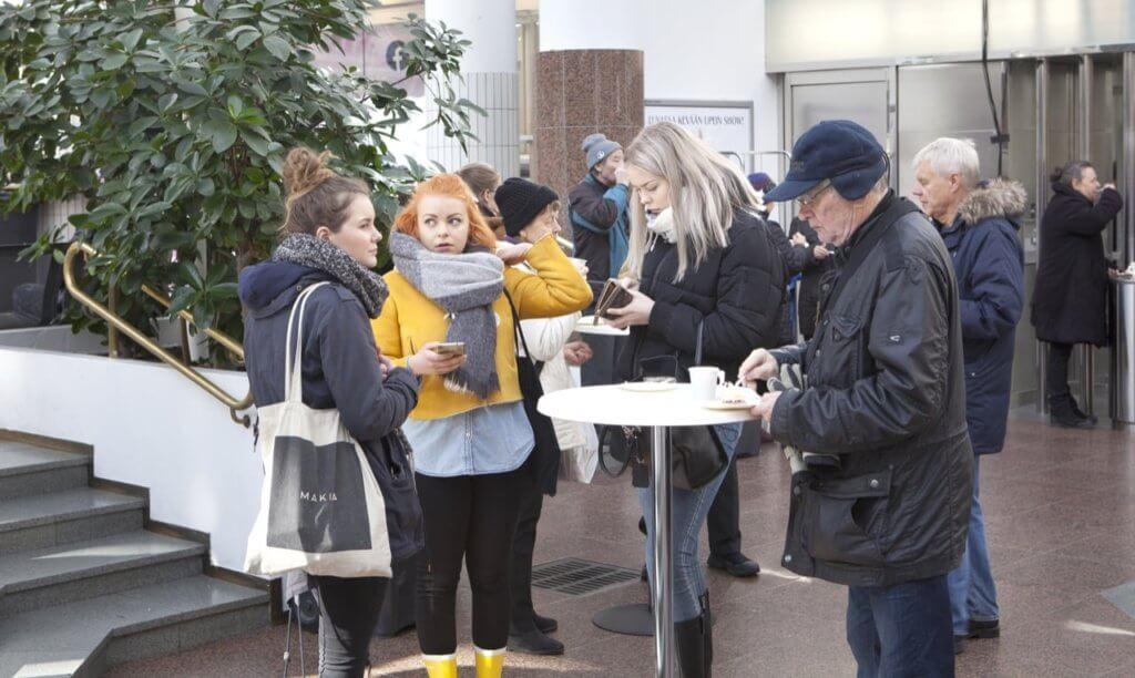 Janette Tyni, Sofia Pulkkinen ja Ronja Siitonen käyvät Hansakorttelissa ainakin kerran viikossa. Oikealla kahvittelee Seppo Elfving, jonka mielestä Hansakortteli on Turun paras paikka, koska siellä on pankkiautomaatti ja hyvät liikkeet.