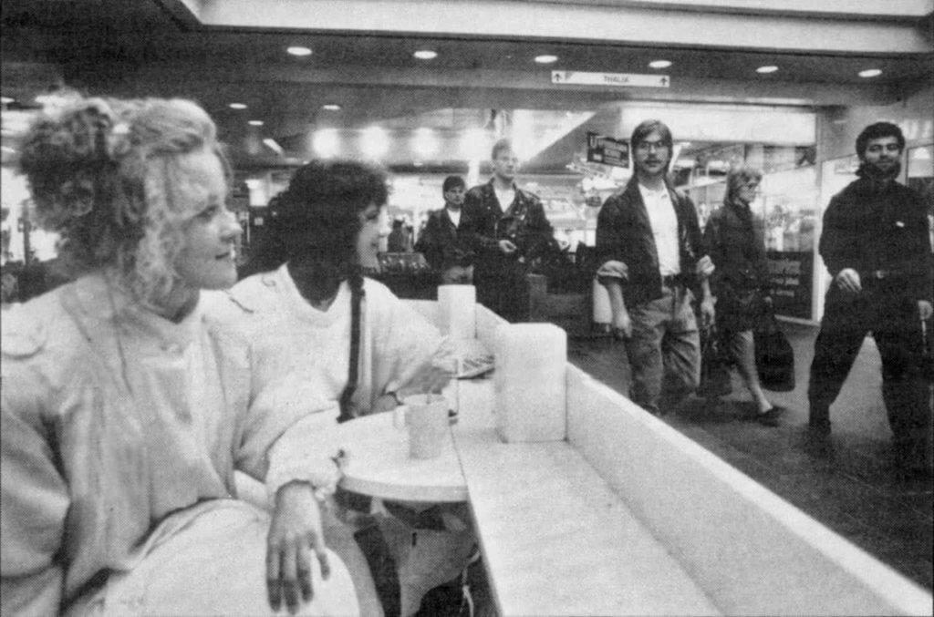 """Buffet Lehtinen oli jo 1990-luvulla ranskalaistyylinen katukahvila, jossa pöydät oli sijoitettu niin, että asiakkaat ja """"kadulla"""" kulkevat saattoivat luoda silmäyksiä toisiinsa."""