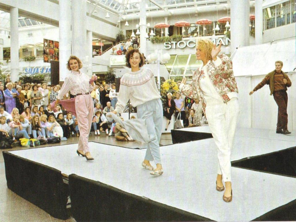 Hansatori avasi mahdollisuuden järjestää kauppojen yhteisiä muotinäytöksiä. Niillä viihdytettiinkin asiakkaita usein 1990-luvulla. Näytökset olivat ajan henkeen iloisia ja vauhdikkaita.