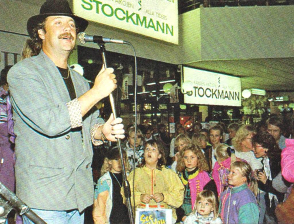 """Yhdeksänkymmentäluvun yleisömagneetti oli Kari """"Napakymppi"""" Salmelainen. Myös pienimmät pääsivät lavalle laulamaan."""