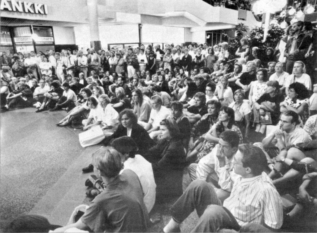 Ensimmäinen Turun Taiteiden yö järjestettiin 16.8.1990. Hansakorttelissa kävi yön aikana arviolta 15 000 taiteista kiinnostunutta kuuntelemassa muun muassa Lasse Pöystin, Jörn Donnerin ja Reijo Mäen paneelikeskustelua. Olitko Sinä mukana?